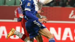 Gelandang Polandia Karol Linetty saat mencetak gol di samping bek Bosnia-Herzegovina Dennis Hadzikadunic selama pertandingan UEFA Nations League di Wroclaw, Polandia, Rabu (14/10/2020). Polandia menang 3-0 atas Bosnia dan Herzegovina. (AFP Photo/Janek Skarzynski)