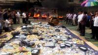 Kemendag menggelar pemusnahan barang hasil pengawasan barang beredar yang telah dilakukan pada 2018. Dok Merdeka.com/Wilfridus Setu Umbu