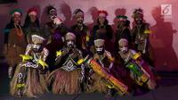 Masyarakat Papua berpose sebelum pentas Papua Adalah Kita di halaman Taman Museum Fatahillah, Kota Tua Jakarta Barat, Jumat (6/9/2019). Pentas yang digelar Forum Komunikasi Kota Jakarta Barat mengusung Papua Adalah Kita Bersatu Merajut Indonesia. (Liputan6.com/Johan Tallo)