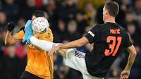 Gelandang Manchester United (MU) Nemanja Matic (kanan) coba mengausai bola pada laga Piala FA melawan Wolverhampton Wanderers di Molineux, Sabtu (4/1/2020) atau Minggu dini hari WIB. (AFP/Justin Tallis)
