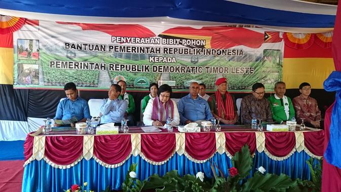 Letjen Doni Monardo, mantan Kopassus yang kini menjadi Kepala BNPB saat memberikan bibit pohon pada era kepemimpinan Presiden Susilo Bambang Yudhoyono. (Foto:Dokumentasi Asisten Doni Monardo, Tedy Novanandita)