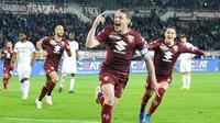 Striker Torino Andrea Belotti merayakan golnya ke gawang AC Milan dalam lanjutan Liga Italia di Stadio Olimpico Grande Torino, Senin (29/4/2019) dini hari WIB. Torino menang 2-0. (Alessandro Di Marco/ansa via AP)