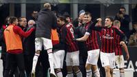 Para pemain AC Milan merayakan gol yang dicetak Gonzalo Higuain ke gawang SPAL pada laga Serie A di Stadion San Siro, Milan, Sabtu (29/12). Milan menang 2-1 atas SPAL. (AP/Antonio Calanni)