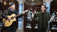 The Edge dan Bono U2 saat mengambil bagian dalam acara Malam Natal di Grafton Street, Dublin (24/12). (AP Photo/Lorraine O'Sullivan)