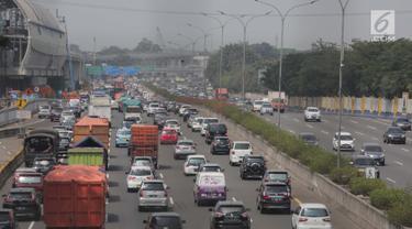 Sejumlah kendaraan terjebak kemacetan di Tol Jagorawi, Jakarta, Sabtu (6/7/2019). Direktur Eksekutif KPPB Ahmad Safruddin menilai pembatasan kendaraan pribadi melintas di ruas-ruas tertentu perlu diintensifkan untuk membantu mengurangi polusi udara. (Liputan6.com/Faizal Fanani)