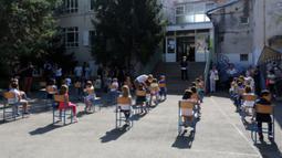 Para siswa duduk di sekolah pada hari pertama tahun ajaran baru di Rijeka, Kroasia, 7 September 2020. Meskipun saat ini epidemi kembali meningkat, pemerintah Kroasia telah menginstruksikan seluruh sekolah untuk kembali buka pada 7 September 2020. (Xinhua/Pixsell/Goran Kovacic)