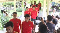 Timnas Indonesia U-22 tiba di Istana Negara untuk bertemu Presiden Joko Widodo (Jokowi), Jakarta, Kamis (28/2). Jokowi mengadakan pertemuan dengan Timnas U-22 Indonesia yang baru saja menjuarai turnamen Piala AFF U-22. (Liputan6.com/Angga Yuniar)