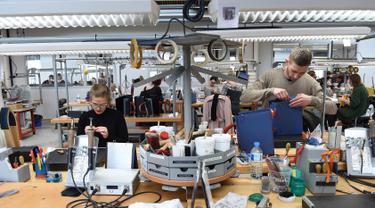 Suasana saat pengrajin bekerja di bengkel produsen barang-barang mewah Hermes di Allenjoie, Perancis, Kamis (5/4). Hermes merupakan brand fashion eksklusif asal Prancis. (SEBASTIEN BOZON/AFP)