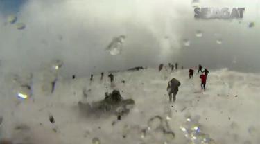 Akibat erupsi Gunung Etna tersebut, 10 orang terluka hingga harus dilarikan ke rumah sakit.