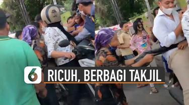 Belum sempat turun dari sepeda motor, segerombolan warga mendatanginya beramai-ramai.