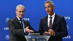 Wakil Sekjen UEFA, Giorgio Marchetti dan Paulo Sousa, saat melakukan drawing perempat final Liga Champions di markas UEFA, Nyon, Jumat (10/7/2020). Rencananya laga leg kedua 16 besar Liga Champions akan digelar pada Agustus 2020 mendatang. (AFP/Harold Cunningham/UEFA)