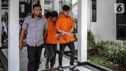 Pedangdut Septyan Arochman alias Daffa bersama tersangka lain dihadirkan dalam rilis narkoba di Ditresnarkoba Polda Metro Jaya, Senin (7/10/2019). Daffa ditangkap di wilayah Tanah Abang, pada Sabtu (5/10) dini hari dengan barang bukti satu bungkus sabu seberat 0,73 gram. (Liputan6.com/Faizal Fanani)