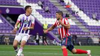Ekspresi striker Atletico Madrid, Luis Suarez, setelah membobol gawang Real Valladolid, pada laga Liga Spanyol di Stadion Jose Zorilla, Sabtu (23/5/2021). (AFP/Cesar Manso)