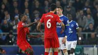 Gelandang Everton Ross Barkley (kanan) terlibat friksi dengan bek Liverpool Dejan Lovren pada laga di Goodison Park, Liverpool, Senin (19/12/2016). (Reuters/Phil Noble)