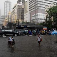 Hujan Deras, Jl. Mas Mansyur tergenang lalu lintas tersendat, | foto istimewa