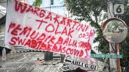 Sebuah spanduk peringatan untuk pemudik dipasang di kawasan Kartini, Sawah Besar, Jakarta, Senin (17/5/2021). Spanduk tersebut untuk memperingati warga yang kembali dari mudik lebaran agar membawa surat bebas COVID-19. (Liputan6.com/Faizal Fanani)