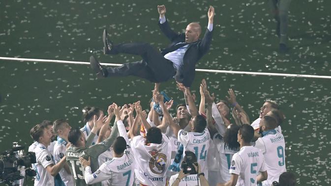 Para pemain Real Madrid melemar Zinedine Zidane saat merayakan keberhasilan meraih trofi Liga Champions 2018 di Santiago Bernabeu stadium, (27/5/2018). Zinedine mundur sebagai pelatih Madrid 31 Mei 2018. (AFP/Gabriel Bouys)#source%3Dgooglier%2Ecom#https%3A%2F%2Fgooglier%2Ecom%2Fpage%2F%2F10000