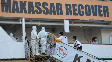 Momen warga Makassar naik KM Umsini untuk menjalani isolasi apung terpadu (Liputan6.com/Fauzan)