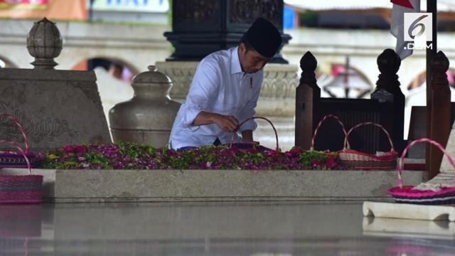 Disela kunjungan kerja ke Jawa Timur, Presiden Joko Widodo menyempatkan diri berziarah ke makam Presiden Pertama RI Soeakarno.
