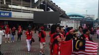 Suasana di sekitar Stadion Shah Alam, Selangor, jelang semifinal Malaysia vs Indonesia, Sabtu (26/8/2017). Panpel menyiapkan layar lebar untuk penonton tanpa tiket. (Bola.com/Benediktus Gerendo Pradigdo)