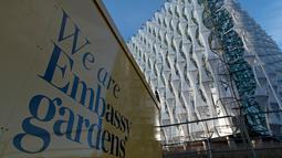 Gedung baru kedutaan Amerika Serikat (AS) yang berlokasi di Embassy Gardens, London, Inggris, Senin (18/12). Gedung kedutaan yang akan diresmikan 16 Januari 2018 mendatang itu menghabiskan dana hingga setara dengan Rp 13,5 triliun. (Justin TALLIS/AFP)
