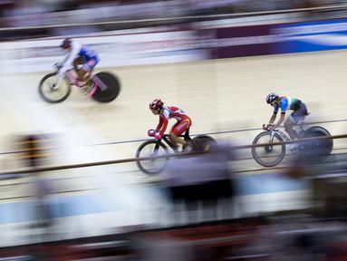 Delia Ayustina Priatna pebalap Indonesia bertarung di cabang balap sepeda trek nomor omnium putri pada Asian Games 2018 di Velodrome, Jakarta, Rabu (29/8/2018). (Bola.com/Peksi Cahyo)