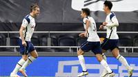Pemain Tottenham Hotspur Gareth Bale (kiri,) mendapat selamat dari rekan setimnya Sergio Reguilon dan Son Heung-min usai mencetak gol ke gawang Brighton and Hove Albion pada pertandingan Liga Premier Inggris di Tottenham Hotspur Stadium, London, Minggu (1/11/2020). (Mike Hewitt/Pool via AP)