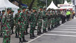 Sejumlah anggota gabungan melakukan pengamanan saat perayaan Paskah di Gereja Katedral, Jakarta, Jumat (2/4/2021). Pengamanan diperketat untuk mengatisipasi aksi teror menyusul adanya serangkaian teror dalam sepekan terakhir. (Liputan6.com/Herman Zakharia)
