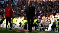 Pelatih Real Madrid, Zinedine Zidane melihat para pemainnya bertanding melawan Alaves pada lanjutan La Liga Spanyol di stadion Santiago Bernabeu (24/2). Madrid menang 4-0 atas Alaves. (AP Photo/Francisco Seco)