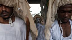 Ekspresi Eyo masqueraders saat bersiap mengikuti Festival Eyo di Tafawa Balewa Square di Lagos, Nigeria (20/5). Festival Eyo, atau dikenal sebagai Adamu Orisha Play, adalah festival Yoruba yang unik di Lagos, Nigeria. (AFP Photo/Stefan Heunis)