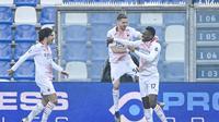 Raphael Leao (kanan) mencetak gol cepat saat AC Milan melawan Sassuolo (Alberto Pazzoli/AFP)