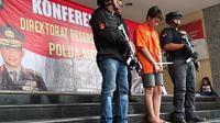 Seorang pria muda berprofesi sebagai DJ, GA (21) terpaksa berurusan dengan polisi. GA kini menjadi tersangka kasus penipuan dan pemerasan yang ditangani Direktorat Reserse Kriminal Umum (Ditreskrimum) Polda Metro Jaya. (dok. Merdeka.com)