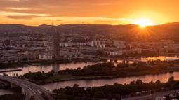 Foto yang diabadikan pada 27 Agustus 2020 ini menunjukkan pemandangan kota bermandikan kilauan sinar matahari terbenam di Wina, Austria. (Xinhua/Guo Chen)