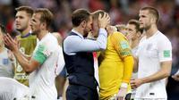 Gareth Southgate menghibur Pickford. (AP/Rebecca Blackwell)