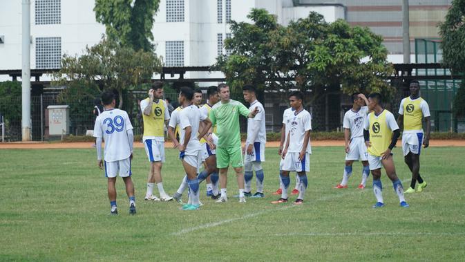 Pelatih Persib Bandung Miljan Radovic memberikan instruksi pada pemainnya dalam sesi latihan di Sabuga, Jumat (8/2/2019). (Huyogo Simbolon)#source%3Dgooglier%2Ecom#https%3A%2F%2Fgooglier%2Ecom%2Fpage%2F%2F10000