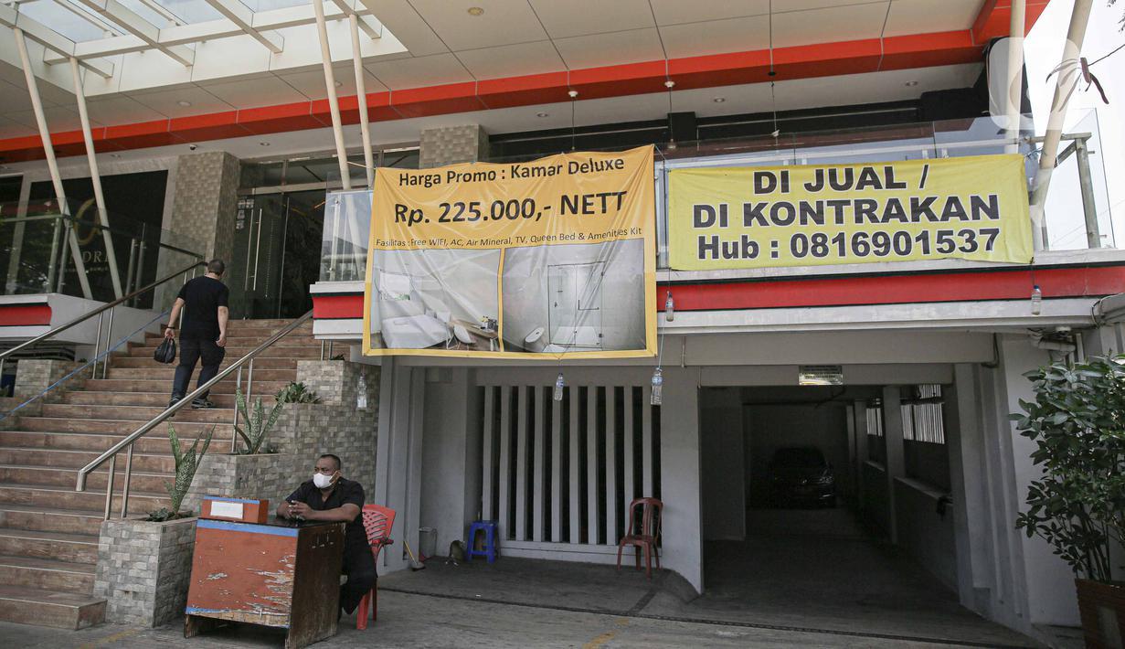 Petugas keamanan berjaga di salah satu hotel yang dijual di kawasan Jakarta, Selasa (28/9/2021). Badan Pimpinan Daerah (BPD) Perhimpunan Hotel dan Restoran Indonesia (PHRI) mengatakan selama pandemi Covid-19 kondisi industri sektor perhotelan kian memprihatinkan. (Liputan6.com/Faizal Fanani)