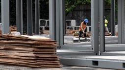 Pekerja menyelesaikan pembangunan rumah sakit darurat untuk pasien COVID-19 di Lapangan Sepak Bola Pertamina, Simprug, Jakarta Selatan, Indonesia, Sabtu (2/5/2020). Rumah sakit darurat ini ditargetkan beroperasi pada 1 Juni 2020. (Xinhua/Agung Kuncahya B.)