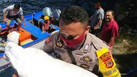 Dengan menempuh jalur laut menggunakan speed boat, 3 personil Polri menyalurkan bansos kepada warga Kampung Nameng, Sabtu (30/5/2020).