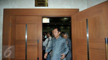 Kepala BIN Sutiyoso usai mengikuti rapat kerja dengan Komisi I DPR, Jakarta, Kamis (10/9/2015). Rapat membahas anggaran BIN dan isu-isu aktual intelejen Indonesia. (Liputan6.com/Johan Tallo)