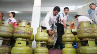 Petugas mengambil tabung gas melon milik rumah makan untuk diganti dengan tabung gas ukuran 5,5 kilogram, Kamis (27/9).(Liputan6.com/Fajar Abrori)