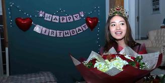 Natasha Wilona baru saja genap berusia 18 tahun. Di hari ulang tahunnya, Kamis (15/12) waktu dini hari, ia mendapat kejutan spesial dari para penggemarnya. (Deki Prayoga/Bintang.com)