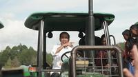 Presiden Jokowi menjajal salah satu alat dan mesin pertanian dari Kementerian Pertanian RI.