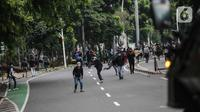 Pengunjuk rasa terlibat bentrok dengan aparat kepolisian di sekitar Patung Kuda, Jakarta Pusat, Selasa (13/10/2020). Unjuk rasa  menolak Omnibus Law Undang-Undang Cipta Kerja tersebut ricuh. (Liputan6.com/Faizal Fanani)