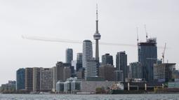 Tim aerobatik militer Kanada, Snowbirds, melakukan manuver formasi udara di atas Kota Toronto, Kanada, Minggu (10/5/2020). Tur yang dilakukan di seluruh Kanada itu diharapkan dapat memberikan penghormatan kepada warga Kanada yang ambil bagian dalam memerangi penyebaran COVID-19. (Xinhua/Zou Zheng)