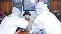 Pemain Arema FC, Dendi Santoso, saat menjalani rapid test di Kantor Manajemen Arema FC, Jumat (17/7/2020). (Bola.com/Iwan Setiawan)