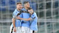 Pemain Lazio merayakan gol yang dicetak Joaquin Correa ke gawang Club Brugge pada laga Grup F Liga Champions di Olympic Stadium, Rabu (9/12/2020) dini hari WIB. Lazio bermain imbang 2-2 melawan Club Brugge. (AFP/Tiziana Fabi)