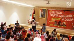 Pendongeng menyampaikan cerita dalam acara Festival Cerita Nusantara dan Dunia di Perpustakaan Nasional, Jakarta, Sabtu (14/9/2019). Acara tersebut merupakan rangkaian dari kegiatan Perpusnas Expo 2019 yang berlangsung pada 5-22 September 2019. (Liputan6.com/Immanuel Antonius)