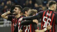 Striker AC Milan, Patrick Cutrone, melakukan selebrasi usai membobol gawang F91 Dudelange pada laga Liga Europa di Stadion San Siro, Kamis (29/11). AC Milan menang 5-2 atas F91 Dudelange. (AP/Luca Bruno)