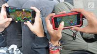 seorang pemuda lagi asik main games di gadget di Jakarta, Senin (29/01/2018). Organisasi kesehatan dunia (WHO) bakal menetapkan kecanduan bermain game sebagai salah satu gangguan mental. (Liputan6.com/Herman Zakharia)