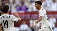 Gelandang Real Madrid Marco Asensio (kanan) berselebrasi dengan rekannya Alvaro Odriozola usai mencetak gol ke gawang Juventus pada pertandingan ICC 2018 di Landover, Md (4/8). Asensio mencetak dua gol dan mengantar Madrid menang 3-1. (AP Photo/Nick Wass)